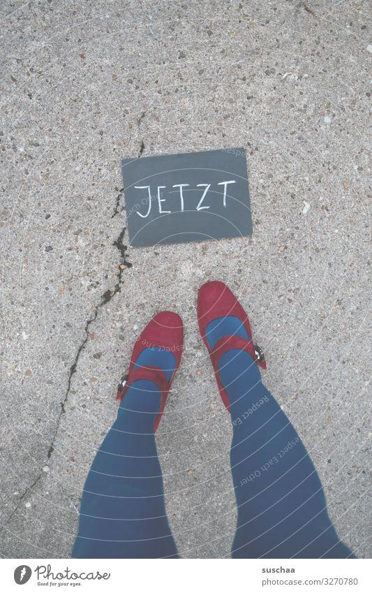 wann ist weihnachten? Gegenwart Wort Antwort Information Mitteilung Text Buchstaben Schrift Tafel Kreide Beine Füße weiblich Straße Asphalt Boden blau
