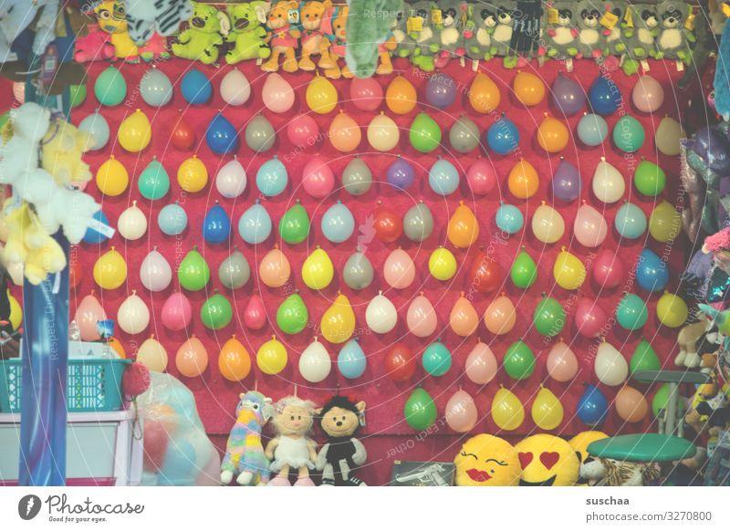 knapp daneben Luftballon viele Jahrmarkt Wurfbude Ballonstand werfen platzen treffen Treffer Erfolg Gewinn Pfeilwerfen Volltreffer Wand Stofftiere Frühlingsfest