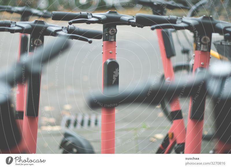 roller-rudel Kleinmotorrad Tretroller E-Roller Lenker Handgriff viele parken Stadt Stadtleben Straße Asphalt zur Verfügung Bewegung Straßenverkehr