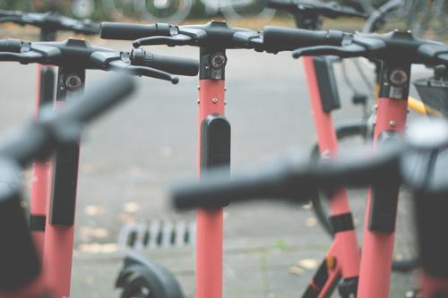 roller-rudel Stadt Straße Bewegung Stadtleben gefährlich viele Asphalt innovativ parken Kleinmotorrad Straßenverkehr elektrisch umweltfreundlich Tretroller