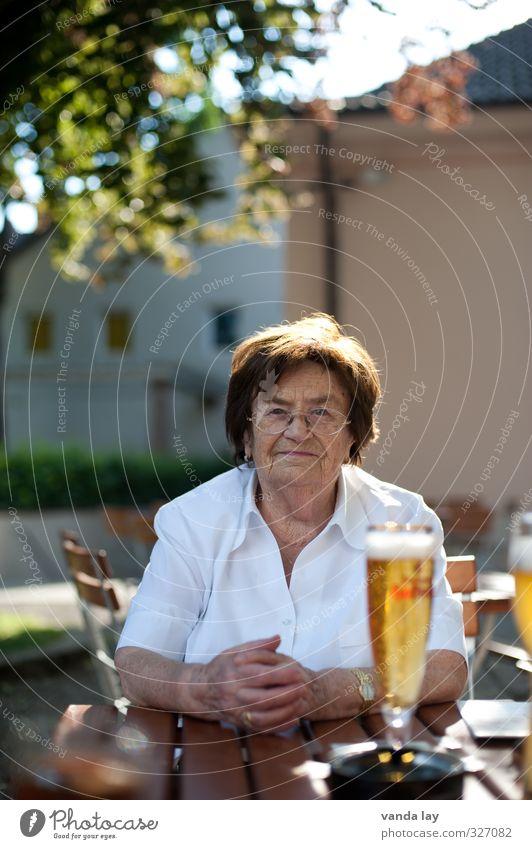 Prost Frau Senior Essen Lebensmittel Freizeit & Hobby Zufriedenheit 60 und älter Getränk trinken Weiblicher Senior Bier Gastronomie München Großmutter