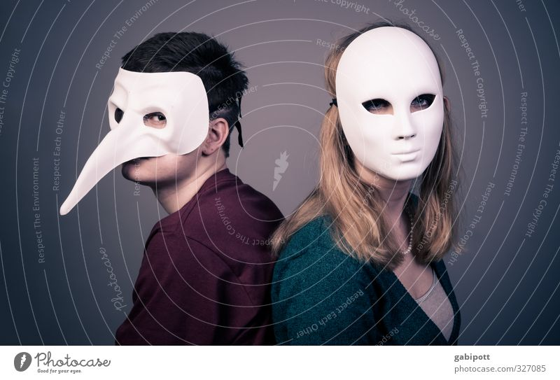 Beziehungsmaskerade Mensch Jugendliche Einsamkeit Junge Frau Junger Mann Erwachsene 18-30 Jahre kalt Leben Traurigkeit Paar Kommunizieren Maske verstecken
