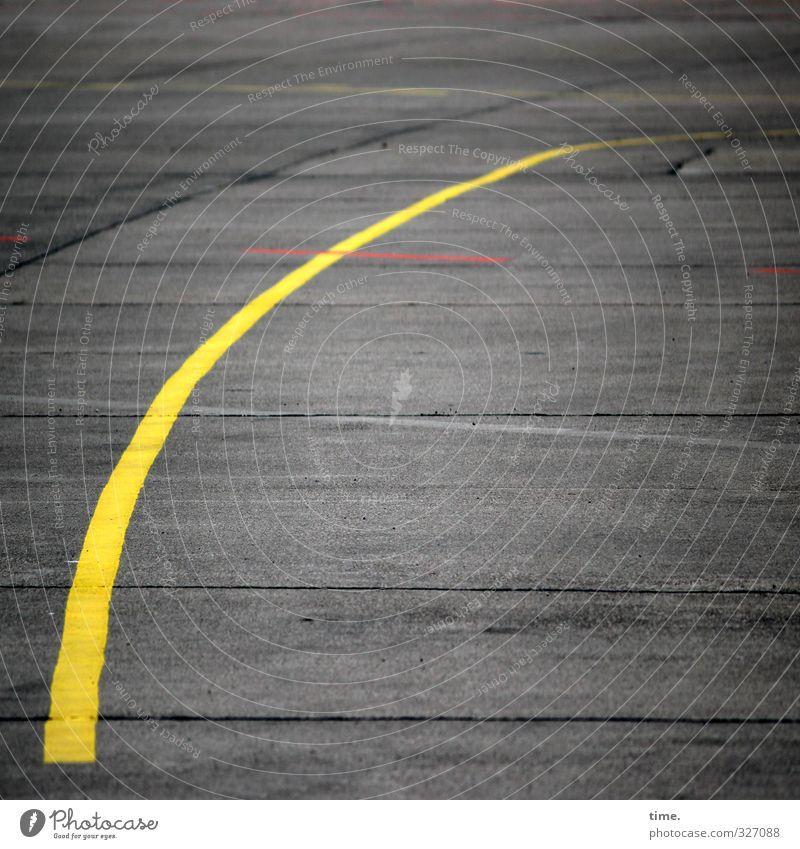 rechtsdrehend Stadt gelb Wege & Pfade grau Linie Verkehr Schilder & Markierungen Ordnung Luftverkehr Beton ästhetisch Vergänglichkeit Wandel & Veränderung