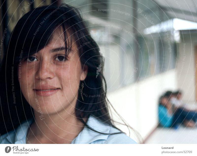 Lächeln Frau Mensch Mädchen weiß Fenster lachen Schule Glas Perspektive Empore