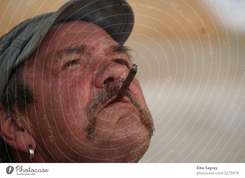 ....in Gedanken versunken Mensch maskulin Männlicher Senior Mann 1 60 und älter Denken Rauchen Blick authentisch Coolness einfach Verschwiegenheit