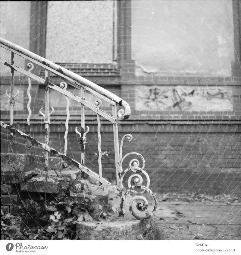 Vergessene Orte Gebäude Treppe Fassade Metall alt historisch kaputt grau schwarz weiß Einsamkeit Nostalgie Verfall Vergänglichkeit Schwarzweißfoto Außenaufnahme
