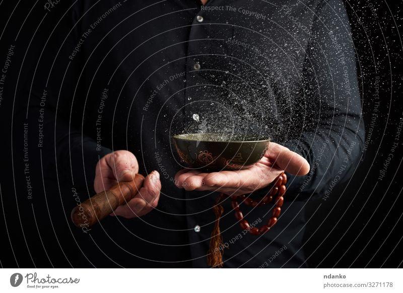 kupferne tibetische Schale mit Wasser Schalen & Schüsseln Lifestyle Behandlung Alternativmedizin Meditation Yoga Werkzeug Mann Erwachsene Hand Hemd Holz Metall