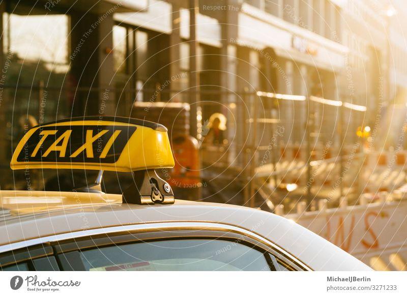 Taxi Schild auf Dach eines Autos, Stadtmotiv mit Baustelle Leben Verkehrsmittel Öffentlicher Personennahverkehr Autofahren gelb Berlin Deutschland Großstadt
