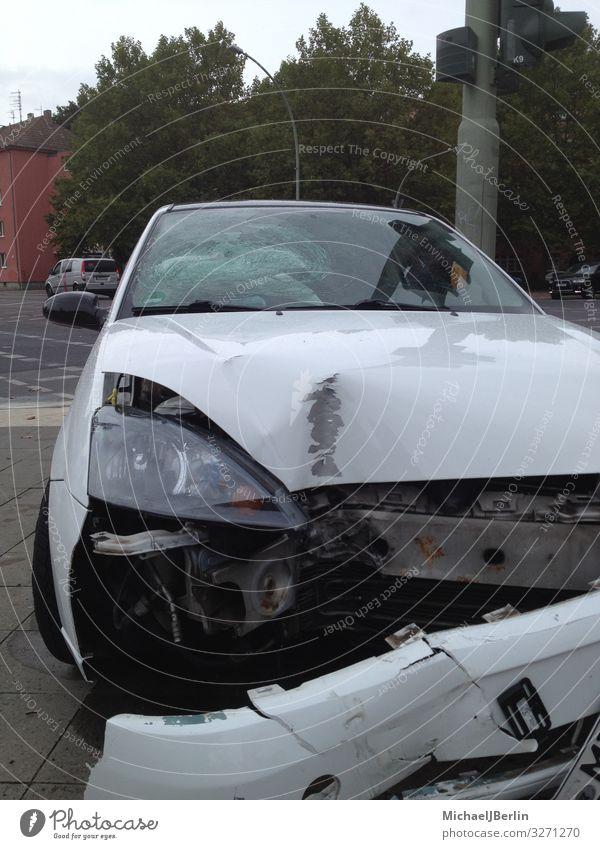 Auto mit Blechschaden Stadt weiß Berlin PKW kaputt Unfall Verkehrsmittel Schaden Verkehrsunfall Kotflügel