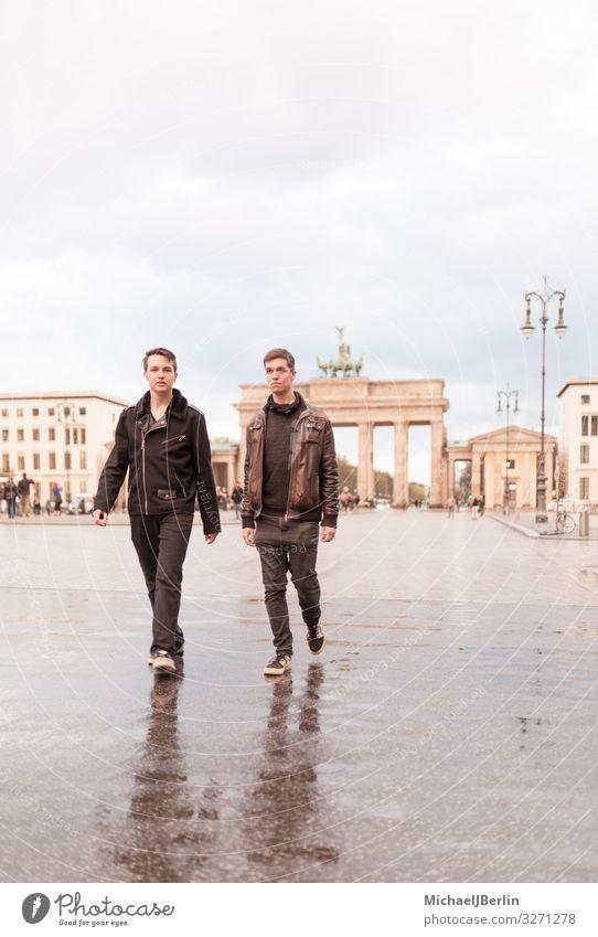 Zwei Teenager Männer vor Brandenburger Tor in Berlin Mensch maskulin Junger Mann Jugendliche 2 Sehenswürdigkeit Wahrzeichen laufen Deutschland Großstadt