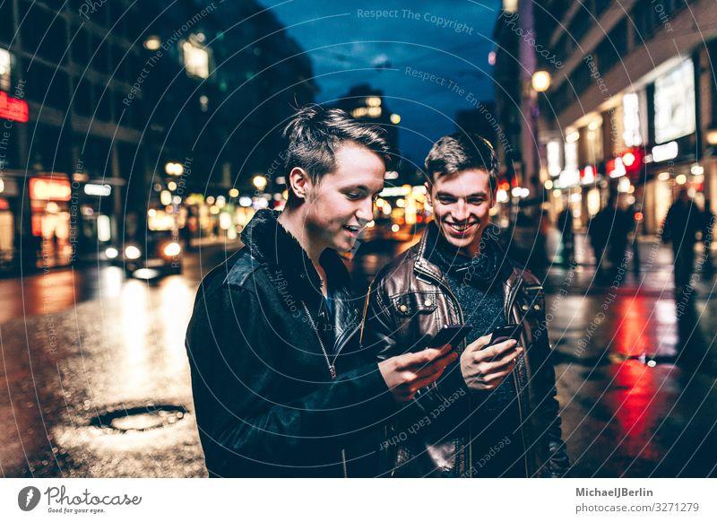 Zwei Teenager in der Stadt mit Smartphone Freude Handy PDA Internet Mensch maskulin Junger Mann Jugendliche 2 18-30 Jahre Erwachsene Lebensfreude Berlin