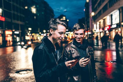 Zwei Teenager in der Stadt mit Smartphone Mensch Jugendliche Junger Mann Freude 18-30 Jahre Erwachsene Berlin Deutschland Zusammensein maskulin Lebensfreude