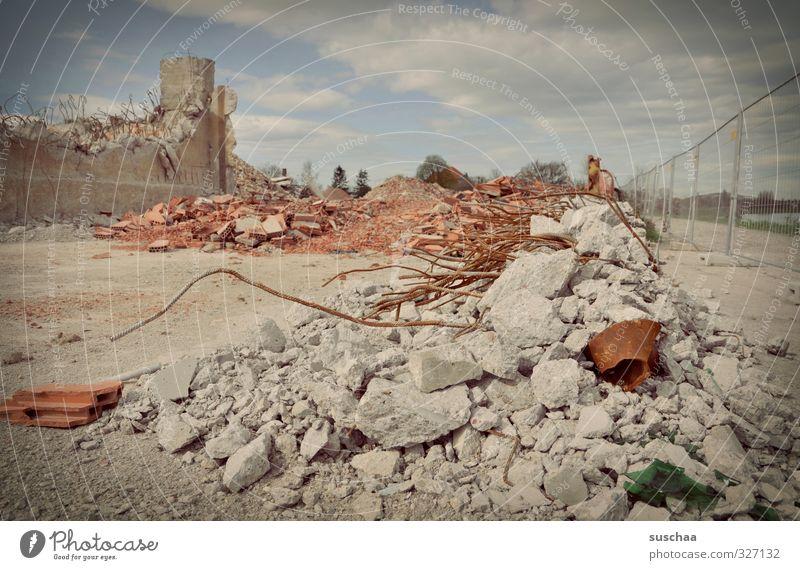 zerfallsdatum: eindeutig überschritten! Himmel Mauer Stein Fassade Schönes Wetter Beton kaputt Vergänglichkeit Bauwerk Zaun Verfall Ruine Zerstörung Demontage