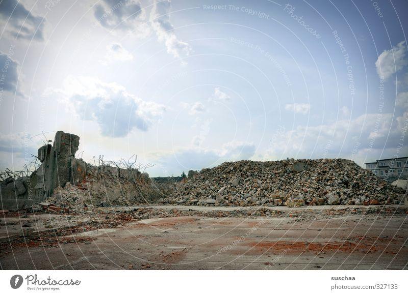 platz für neues ... Menschenleer Ruine Bauwerk Mauer Wand Stein Beton Zerstörung Bauschutt Demontage ausdruckslos Platz Himmel Baugrundstück Grundstück Farbfoto