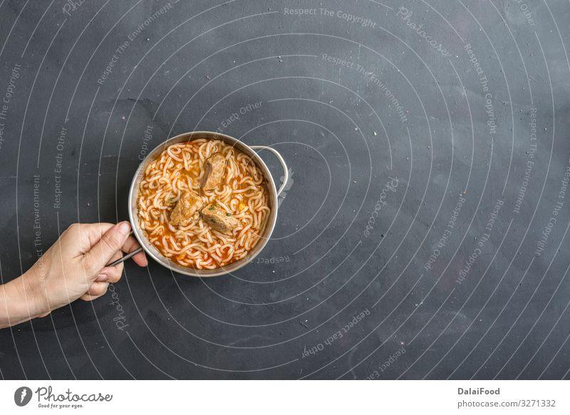 Nudeln mit Hühnerfleisch in Schale auf dunklem Steingrund Fleisch Gemüse Suppe Eintopf Mittagessen Abendessen Teller Restaurant Gastronomie frisch heiß lecker