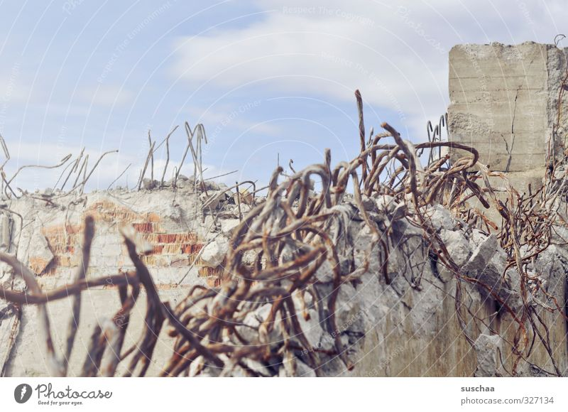 mauer | abgerissen Himmel (Jenseits) Wand Mauer grau Fassade Metall Beton Vergänglichkeit kaputt Bauwerk Verfall Rost Stahl Ruine Zerstörung Endzeitstimmung