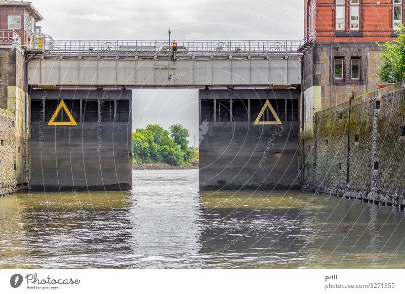 sluice around Port of Hamburg Wasser Bach Fluss Hafenstadt Brücke Tor Bauwerk Gebäude Architektur Mauer Wand authentisch Schleuse Schiebetor schleusentor