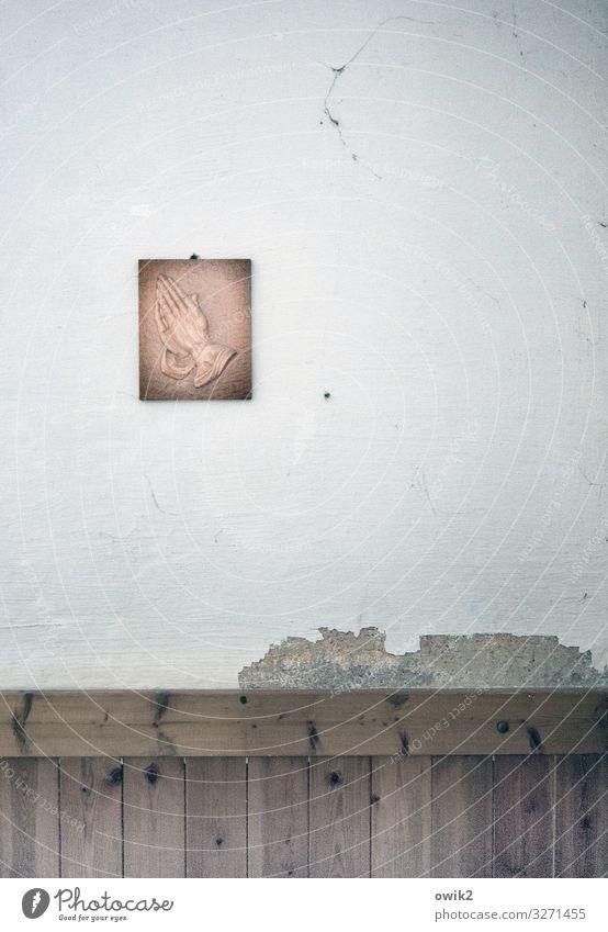 Gebetsanliegen Kunst Kunstwerk Bild Raum Mauer Wand Holz Metall hängen alt kaputt trist trösten geduldig Hoffnung demütig Religion & Glaube Tradition Hand Putz