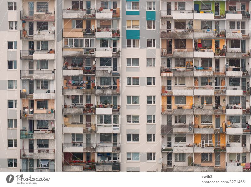 Überflussgesellschaft Häusliches Leben Wohnung Polen Stadt Hochhaus Gebäude Mauer Wand Fassade Balkon Fenster Beton Glas Metall eckig groß hoch viele