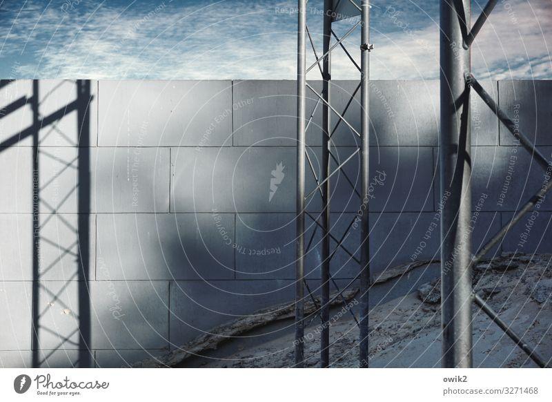 Haltung bewahren Himmel Wolken Schönes Wetter Mauer Wand Gerüst Baugerüst Halterung Gestänge Strebe Stein Metall fest Sicherheit Stabilität Farbfoto