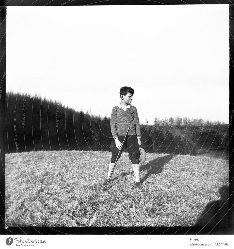eine andere Zeit maskulin Junger Mann Jugendliche 1 Mensch Horizont Schönes Wetter Wiese Berge u. Gebirge Stock Hut beobachten stehen authentisch historisch