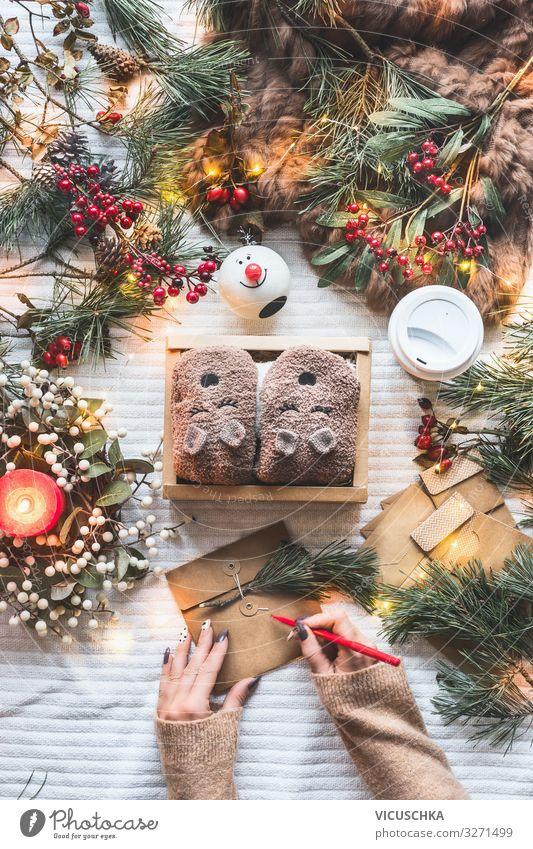 Hände schreiben Weihnachtskarte. Stil Design Winter Häusliches Leben Weihnachten & Advent Frau Erwachsene Hand Papier Verpackung Kasten Dekoration & Verzierung