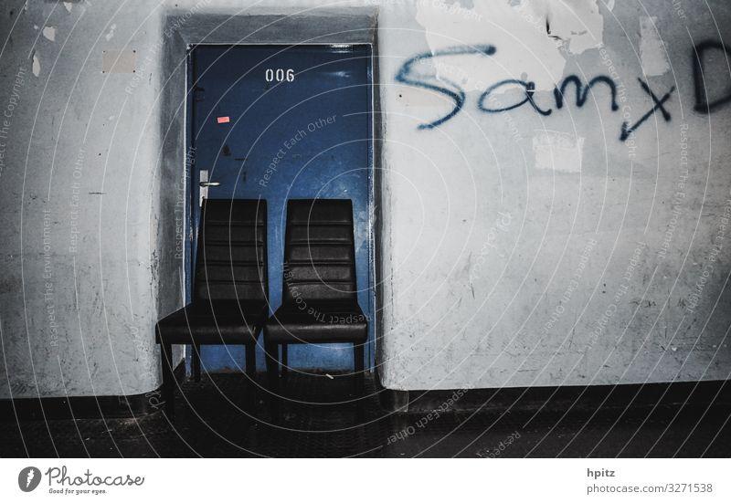 006 Tür Ziffern & Zahlen Graffiti Stuhl hpitz sitzen dunkel trashig Einsamkeit Endzeitstimmung geheimnisvoll skurril Farbfoto Gedeckte Farben Innenaufnahme