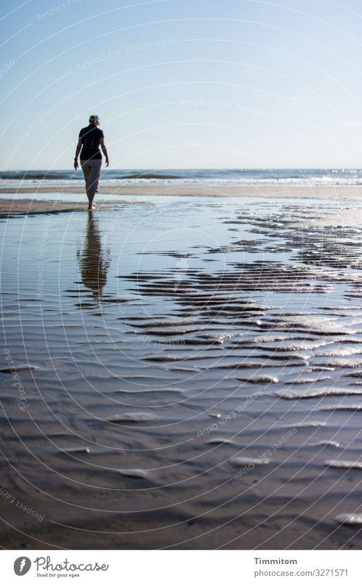 Frau am Nordseestrand. Viel Himmel, Wasser und Sand. Erinnerungen. Meer Strand Horizont gehen Strandspaziergang Dänemark Ferien & Urlaub & Reisen blau