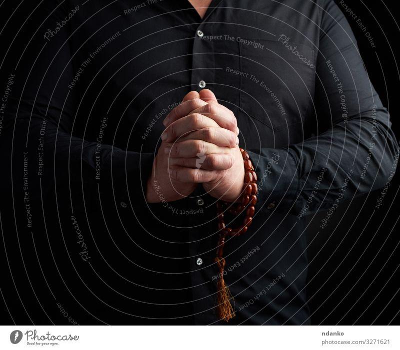 Mann im schwarzen Hemd faltete die Hände Lifestyle harmonisch Erholung Meditation Yoga Mensch Erwachsene Hand Finger Liebe Güte Hoffnung Frieden Glaube
