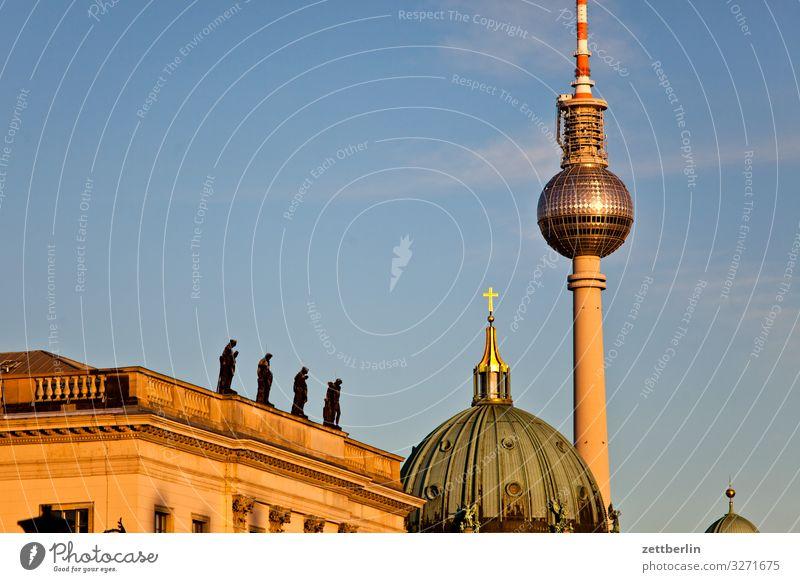 DHM, Dom und Fernsehturm Alexanderplatz Architektur Berlin Großstadt Berliner Fernsehturm Hauptstadt Himmel Himmel (Jenseits) Stadtzentrum Menschenleer