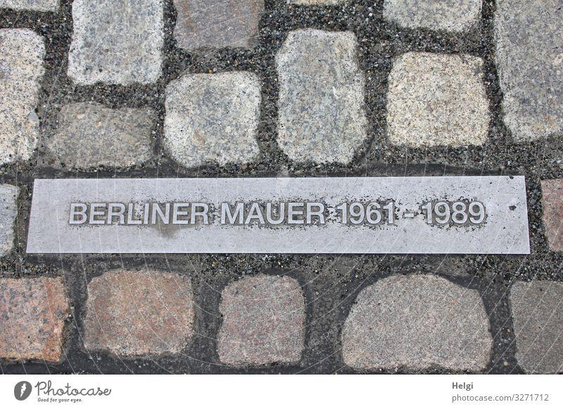 Gedenken Berliner Mauer auf Metallplatte zwischen Pflastersteinen Hauptstadt Denkmal Stein Zeichen Schriftzeichen historisch einzigartig braun grau Erinnerung