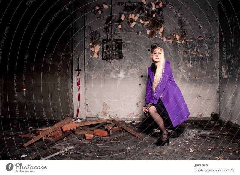 #327176 Lifestyle Reichtum elegant Stil Abenteuer Häusliches Leben Umzug (Wohnungswechsel) einrichten Frau Erwachsene Mensch Ruine Mauer Wand Mode Mantel