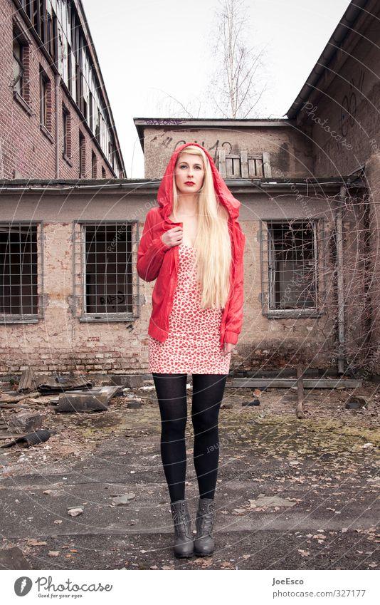 #327177 Lifestyle Freizeit & Hobby Abenteuer Frau Erwachsene Leben Mensch 18-30 Jahre Jugendliche Ruine Bauwerk Gebäude Mode langhaarig beobachten Erholung