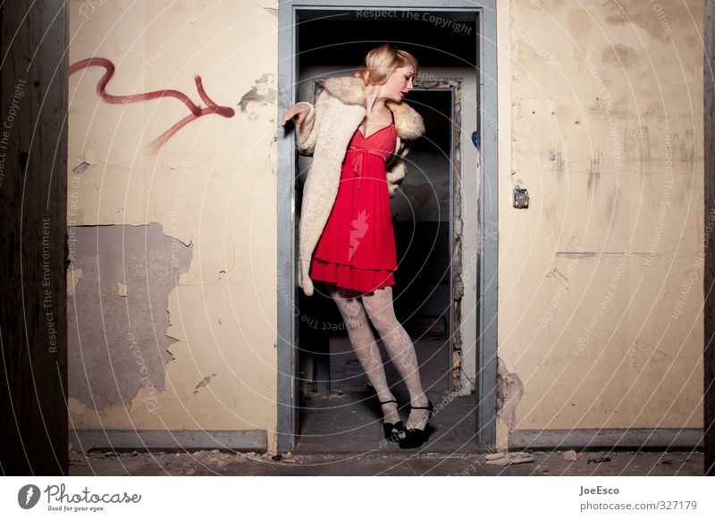 #327179 Lifestyle Wohnung Raum Nachtleben ausgehen Feste & Feiern clubbing Frau Erwachsene Mensch Ruine Tür Mode Kleid Accessoire blond Erholung träumen