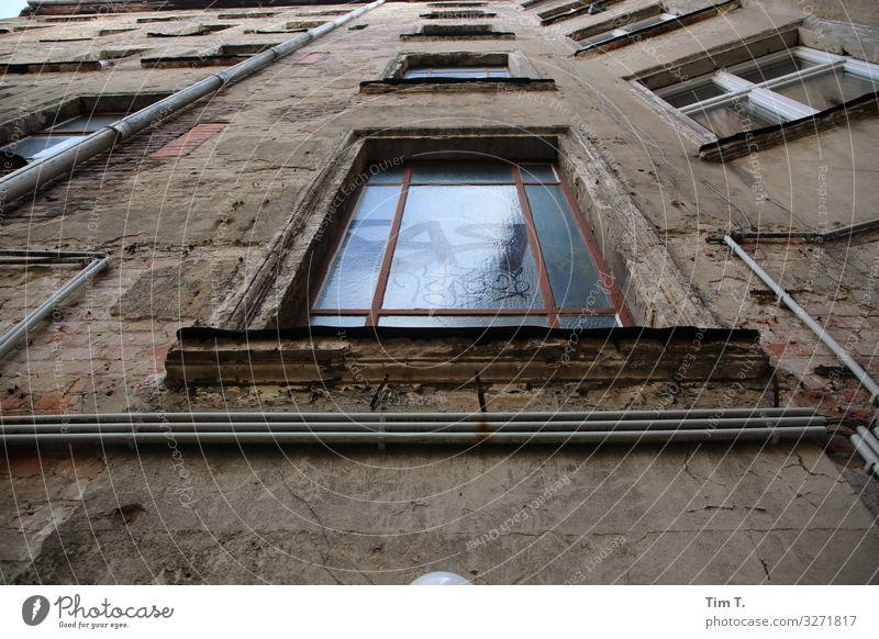 Treppenhausfenster Prenzlauer Berg Stadt Hauptstadt Stadtzentrum Altstadt Menschenleer Haus Bauwerk Gebäude Fenster Häusliches Leben Zeit Hinterhof Altbau