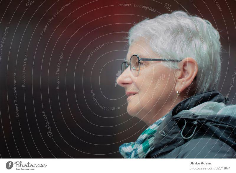 Schick mit grauem Haar Lifestyle elegant Stil Haare & Frisuren Leben Mensch feminin Frau Erwachsene Weiblicher Senior 1 45-60 Jahre Ohrringe Brille grauhaarig