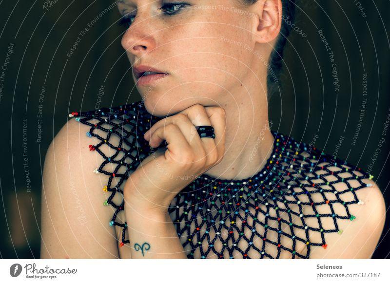 meine Kragenweite schön Körperpflege Haut Gesicht Kosmetik Schminke Mensch feminin Frau Erwachsene Auge Ohr Nase Mund Hand Finger 1 Accessoire Schmuck Ring