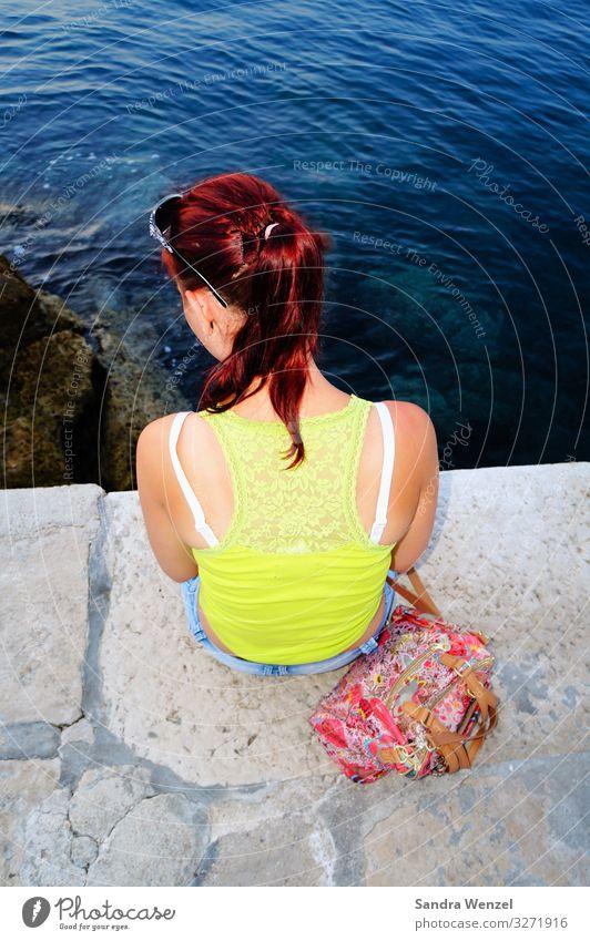 Christin feminin Junge Frau Jugendliche Rücken 1 Mensch 13-18 Jahre 18-30 Jahre Erwachsene brünett langhaarig beobachten genießen hocken blau gelb Farbfoto