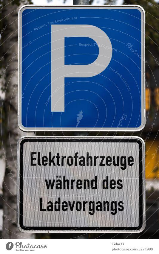 #Elektroparkplatz Verkehr Verkehrsmittel Verkehrswege Personenverkehr Bewegung E-auto Elektro auto Elektrofahrzeug Tesla Parkplatz Farbfoto Außenaufnahme