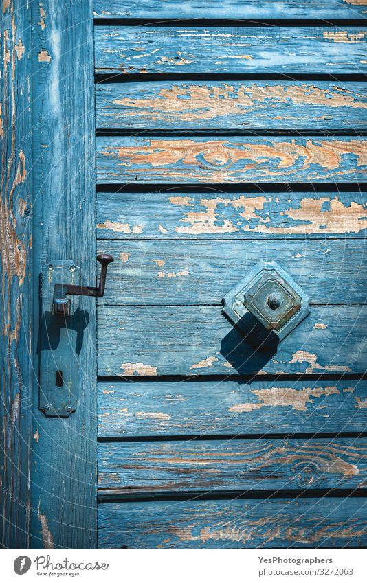 Antikblaue Tür in Nahaufnahme. Türgriffe und gealterte Holztür. Architektur Fassade retro Tradition Deutschland antik Antiquität Architekturdetails Hintergrund