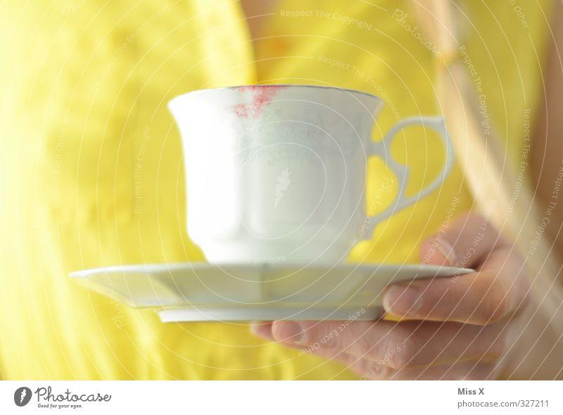 Kaffeetasse Mensch Hand gelb feminin Feste & Feiern dreckig Finger Getränk trinken Tee Fleck Lippenstift Kussmund Untertasse