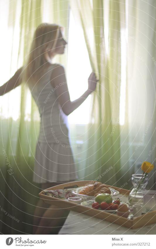 Frühstück* Mensch Frau Jugendliche Erwachsene Fenster 18-30 Jahre feminin Lebensmittel Frucht warten Häusliches Leben Ernährung Tisch beobachten Kaffee Kleid