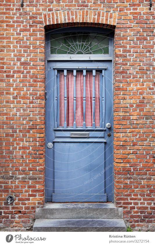 welcome to nostalgia Haus Brügge Gebäude Architektur Tür Backstein schön retro blau rot Nostalgie Eingang Gardine kariert Backsteinhaus stufen fenster