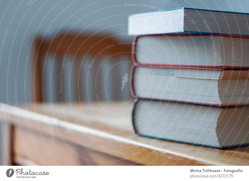 Bücherstapel auf dem Tisch blau weiß gelb Schule orange braun Denken Arbeit & Erwerbstätigkeit Wohnung Freizeit & Hobby Erfolg lernen Buch Studium lesen