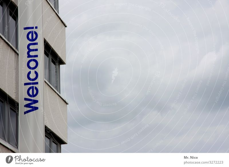 Welcome Home Himmel Wolken Stadt Haus Hochhaus Gebäude Architektur Fassade Fenster Häusliches Leben Willkommen Fahne Hotel Schriftzeichen
