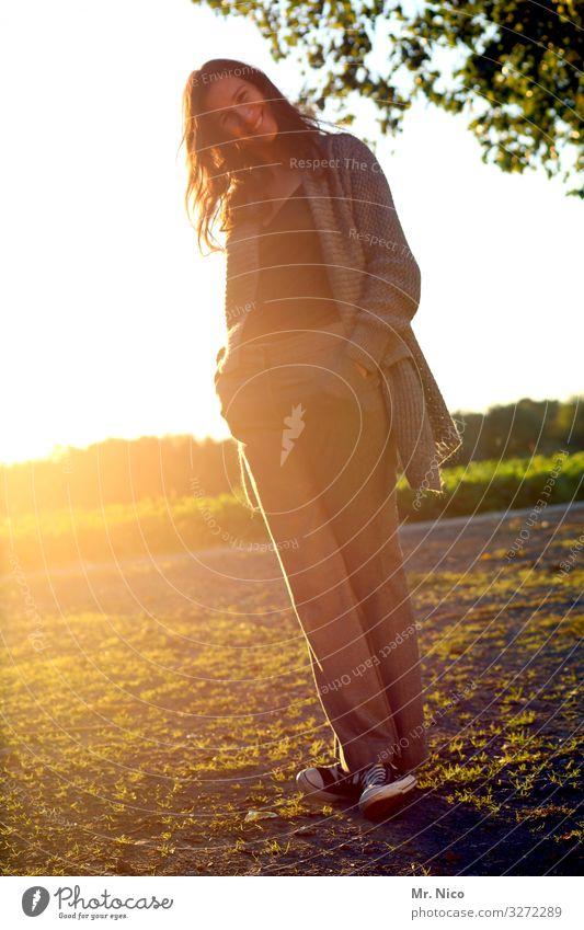 Sunny Lifestyle schön feminin Frau Erwachsene 1 Mensch 45-60 Jahre Natur Landschaft Schönes Wetter Park Wiese langhaarig Lächeln stehen natürlich Freude Glück