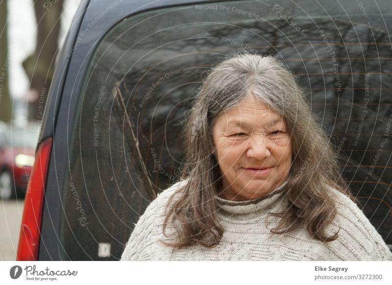 """""""Vor der Autofahrt"""" Mensch feminin Weiblicher Senior Frau 1 60 und älter beobachten Lächeln warten Neugier positiv Zufriedenheit Weisheit Farbfoto Außenaufnahme"""