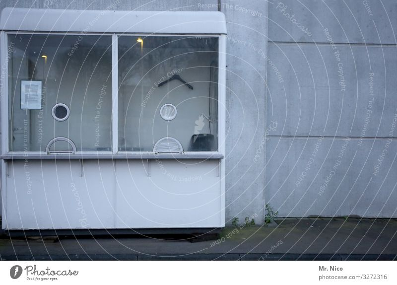 Kontrollhäusschen Mauer Wand Einsamkeit Kontrolle Kassenhaus Kleiderbügel Arbeitsplatz bezahlen Eingang Wachsamkeit Sicherheitsdienst Schutz trist