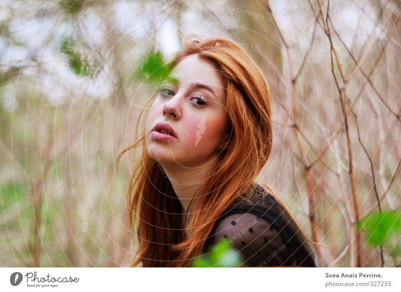 . feminin Junge Frau Jugendliche Kopf Haare & Frisuren Gesicht Mund Lippen 1 Mensch 18-30 Jahre Erwachsene Umwelt Natur Sträucher rothaarig langhaarig