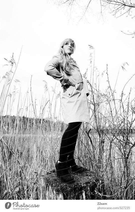 Schick im Schilf elegant Stil feminin Junge Frau Jugendliche 18-30 Jahre Erwachsene Natur Landschaft Sträucher Seeufer Mantel Trenchcoat Leggings Handschuhe